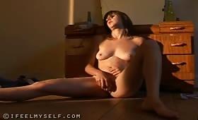 Красива руска брюнетка мастурбира с вибратор