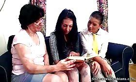Три  лесбийки си облизват путките и си завират дилдо