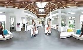 Секси модели мастурбират във виртуална реалност