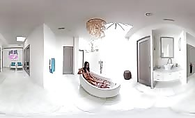 Модел брюнетка мастурбира в банята