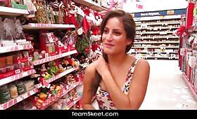 Секси тиин се ебет в супермаркет