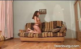 Секси ученичка мастурбира пред камерата