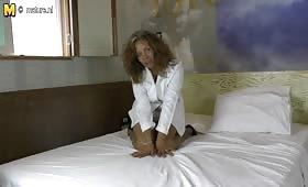 Стара руска проститутка мастурбира