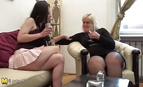 Дърта проститутка мастурбира с млада актриса