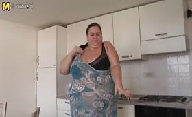Дебела руска проститутка мастурбира