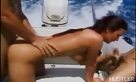 Руски милф прави троика на яхта