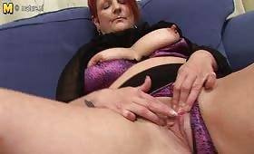 Червенокосата Палома ближе путка си и мастурбира